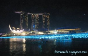 marina bay sands hotel dari esplanade di waktu malam menjelang tahun baru