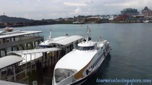 feri yang bersandar pelabuhan harbourfront singapore