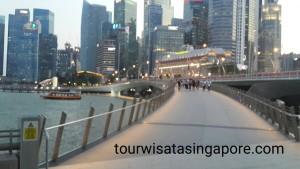 jembatan penghubung esplanade dan merlion